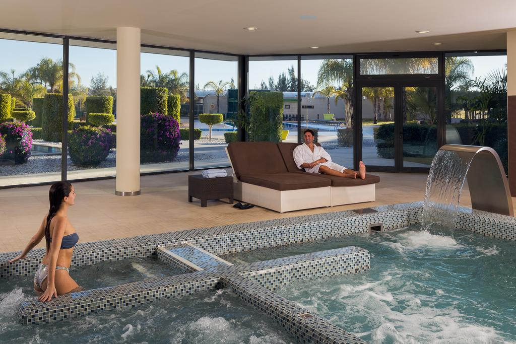 Jacuzzi Torrevieja.Week End Golf And Spa Pack 7 Nights Double Room And Breakfast 5 Green Fees In Costa Blanca La Finca Resort