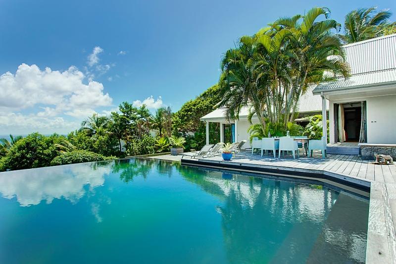 Guadeloupe luxury villa rentals in sainte anne at 300 m for Club piscine liquidation quebec