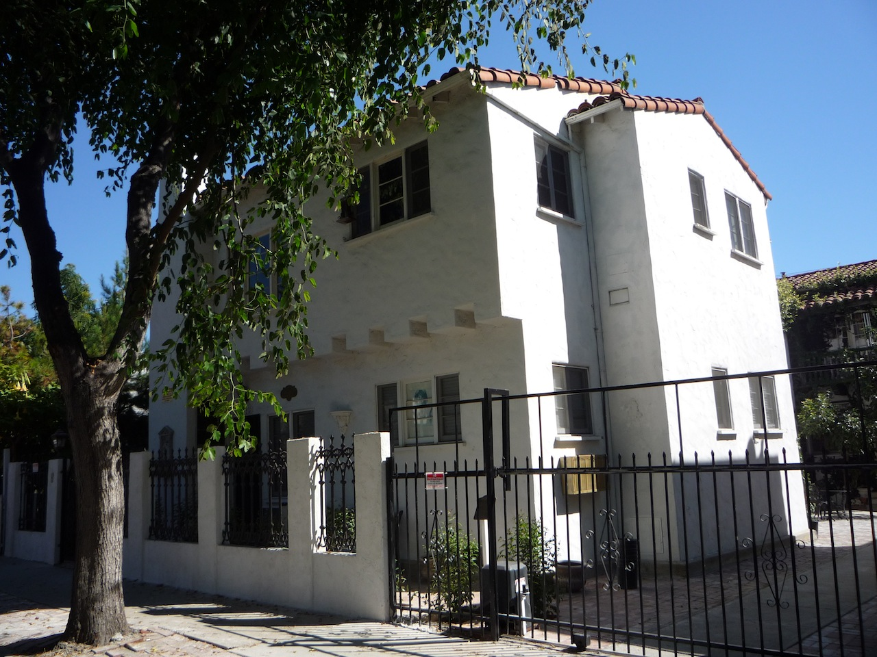 the last u s home of jim morrison apartment west hollywood los. Black Bedroom Furniture Sets. Home Design Ideas